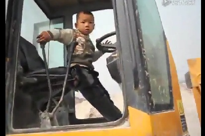 A Five Years Old Chinese Boy Drives Digger on building site [Amazing]