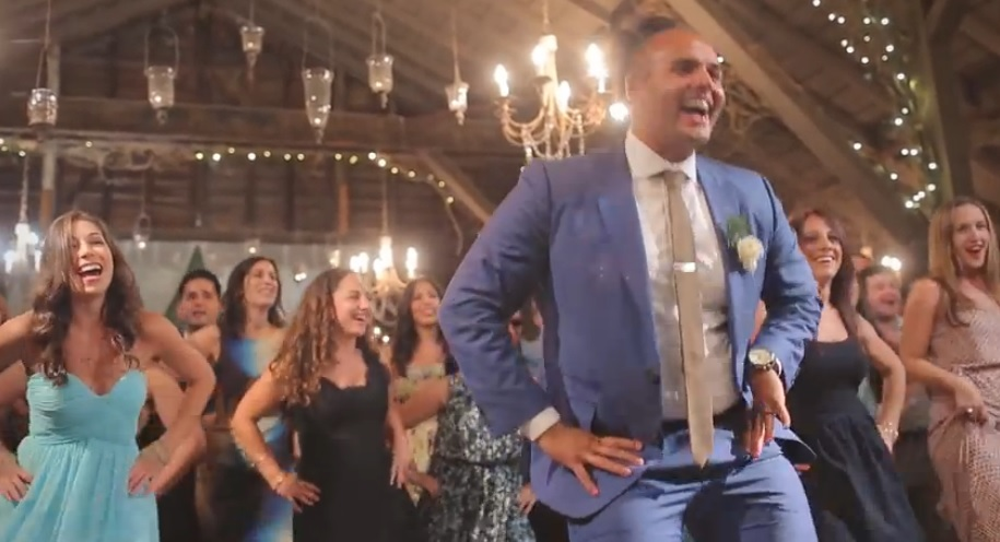 Groom performs surprise Flash Mob Dance for his Bride