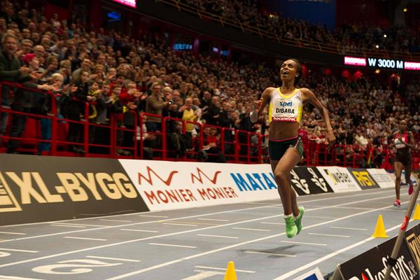 Genzebe Dibaba Smashes 5000m Indoor WORLD RECORD XL-Galan 2015